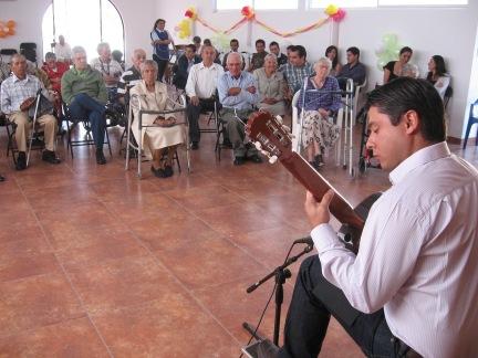 Tocando para los abuelitos del asilo San Vicente